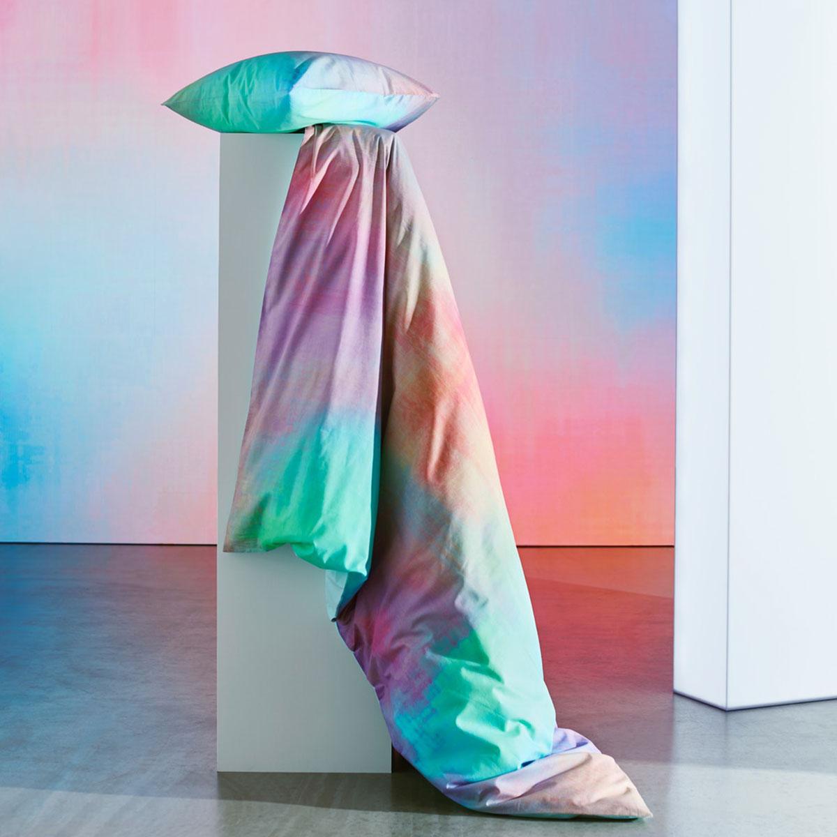 Nahaufnahme von PIPSTÄKRA Bettwäscheset, 2-teilig bunt, das an ein Wasserfarbenbild erinnert.