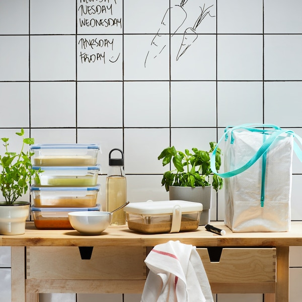 타일로 된 벽앞에 이케아 365+ 음식보관용기와 도시락 가방, 화분이 놓여져 있습니다