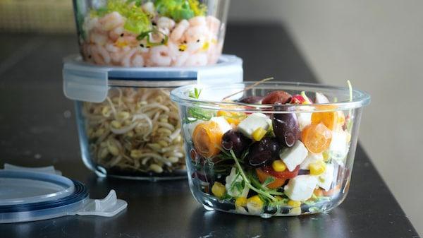 음식이 담긴 이케아 365+ 음식보관용기가 클로즈업된 모습입니다