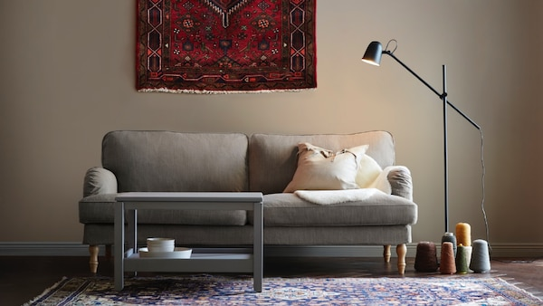 Sofá gris cómodo