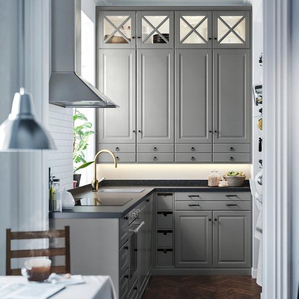 Ett IKEA kök med BODBYN luckor i grått.