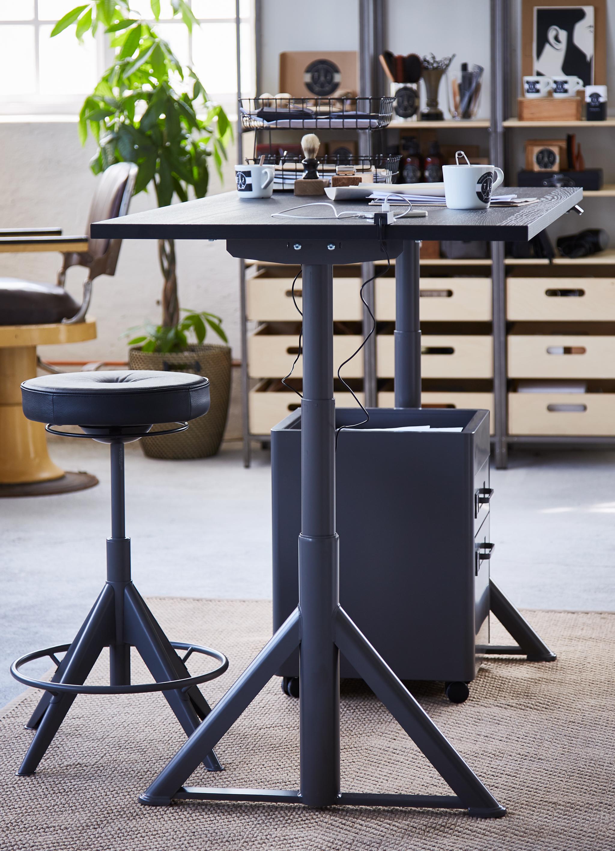 Czarne biurko IDÅSEN o regulowanej wysokości z czarnym stołkiem TROLLBERGET i komodą ALEX.