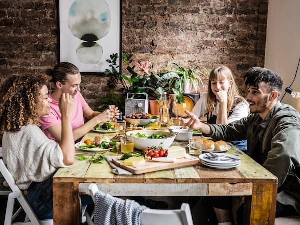 식탁에 모여 식사를 하는 4명의 사람들