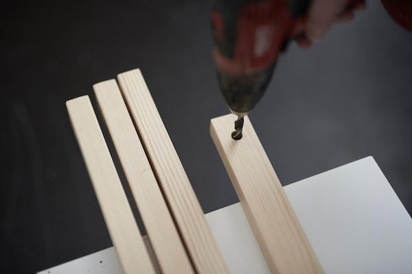 4 Holzlatten, in die 4 Löcher gebort werden