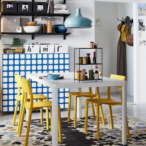 4 IKEA JANNINGE Stühle um einen Esstisch