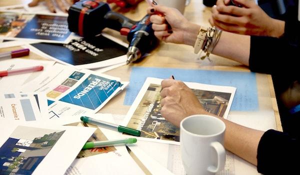 4 Personen arbeiten an einem Tisch. IKEA bietet tolle Karrierechancen & Weiterbildungsmöglichkeiten