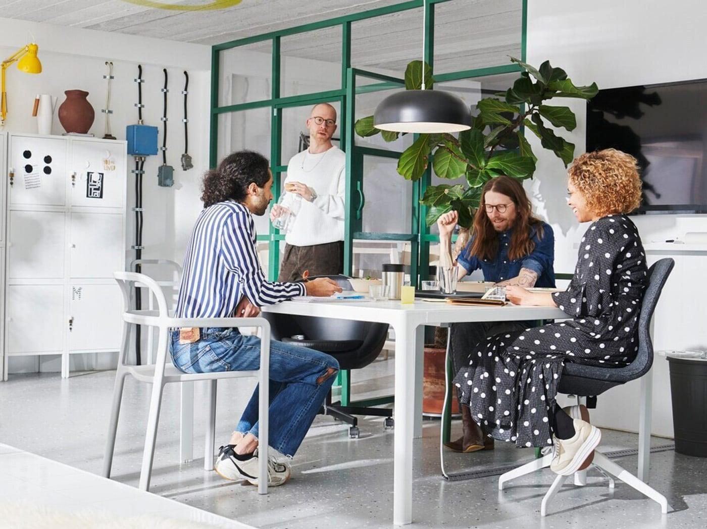 4 személy ül egy asztal körül