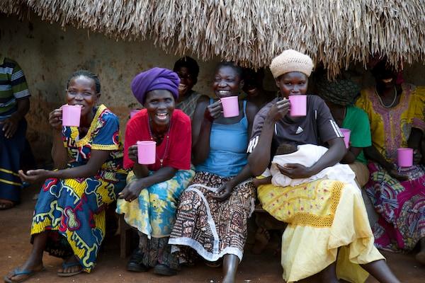 4 ugandské ženy sedící před domem s šálkem kávy PÅTÅR.