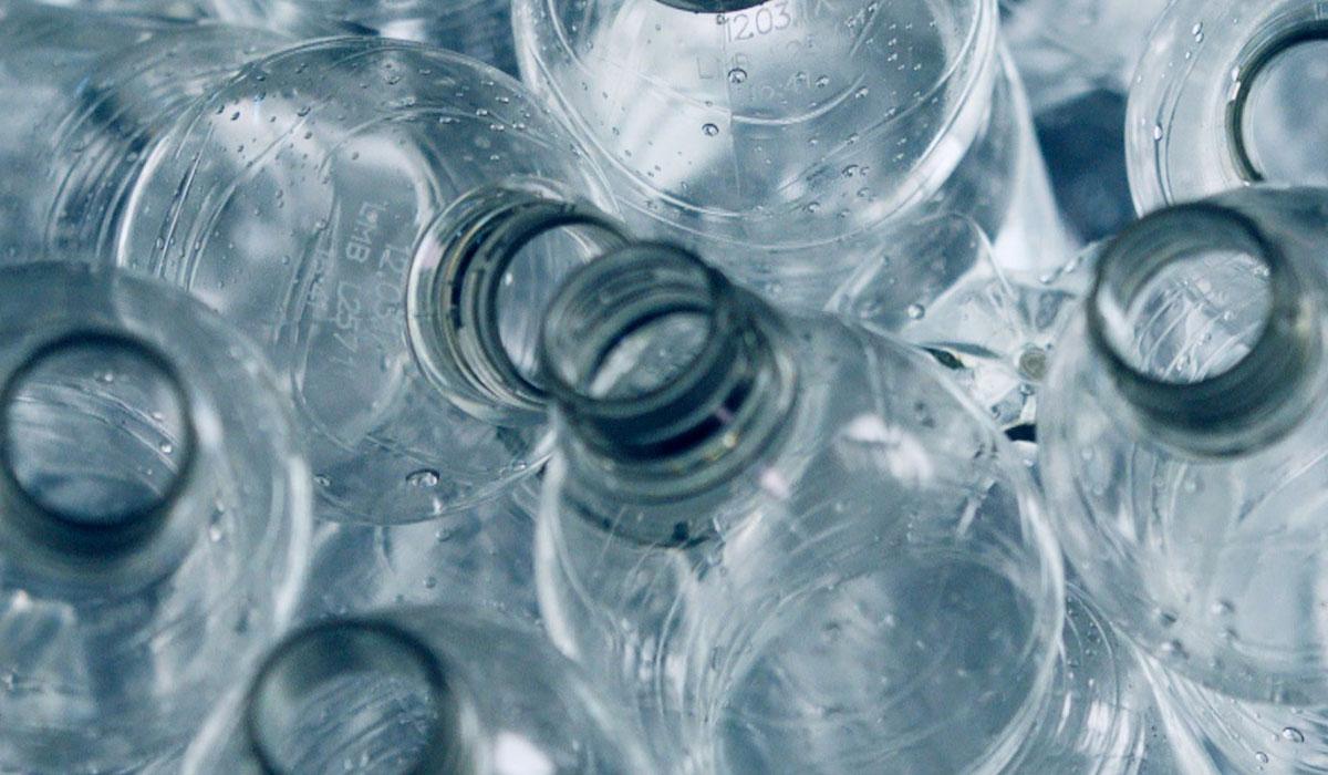 Per ogni frontale KUNGSBACKA usiamo circa 25 bottiglie da mezzo litro in PET riciclato - IKEA