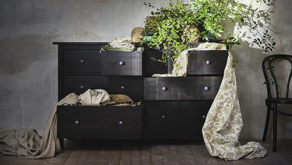 Musta HEMNES-lipasto ja viherkasveja