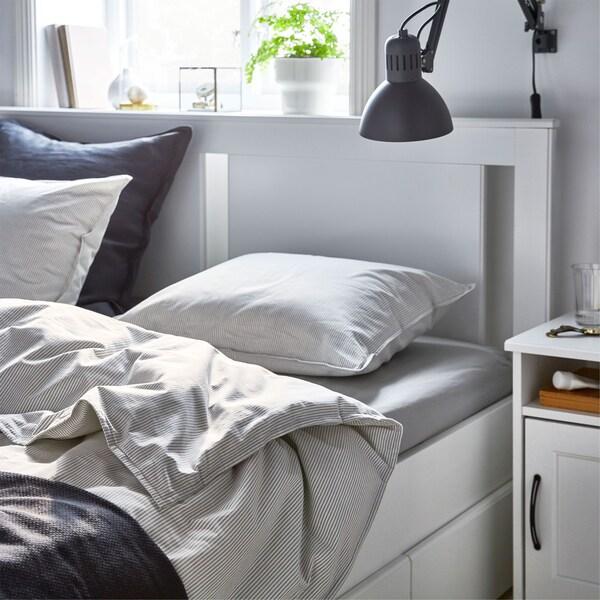 Krevet na kojem se nalazi meka pamučna IKEA BERGPALM jastučnica i navlaka.