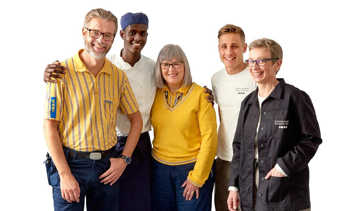 5 IKEA Mitarbeiter stehen nebeneinander. IKEA bietet zahlreiche Mitarbeiterangebote an.