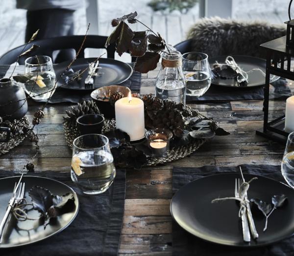Zimski postav stola ukrašen s nalazima iz prirode