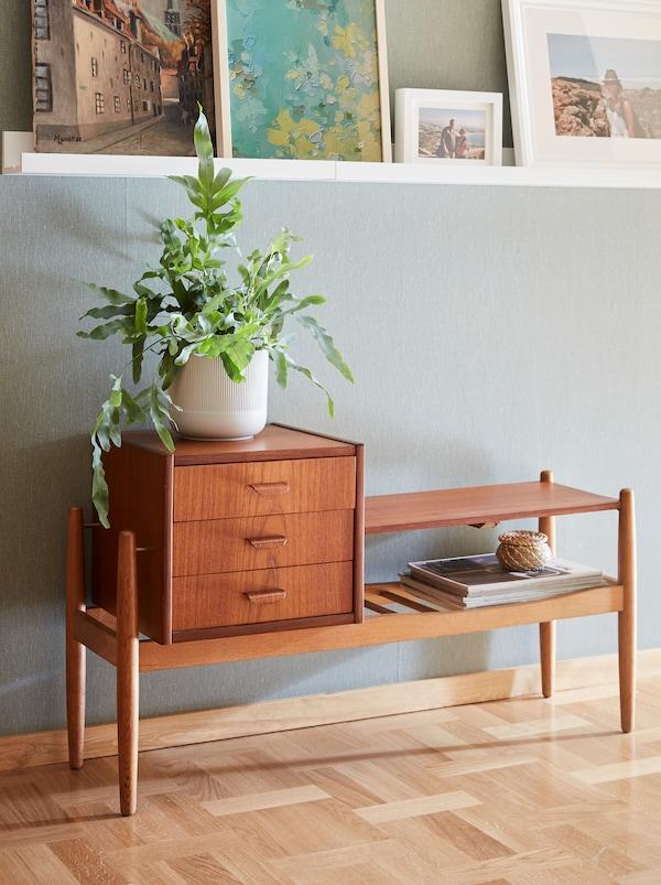 60'ernes designklassiker SPECTUM bænk til entre af teaktræsfiner og massiv eg har 3 skuffer og en bænksektion.