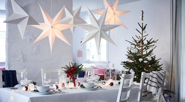 Une table décorée du blanc éclatant comme base sur laquelle sont posés des détails en rouge et en bleu.