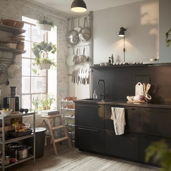 Ett IKEA kök med KUNGSBACKA luckor i mörk antracit grå/svart.