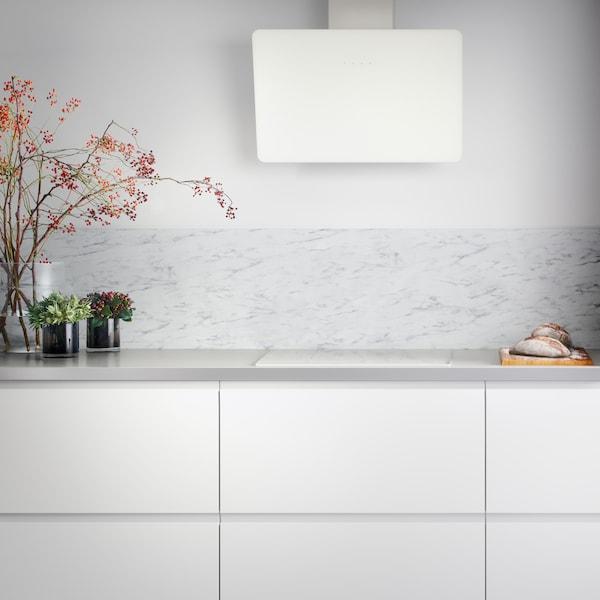 Ett kök med VOXTORP luckor i vitt.