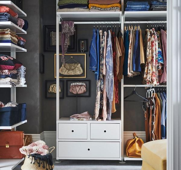Aménagement penderie ELVARLI ouvert et blanc, tringles à vêtements, tiroirs et tablettes