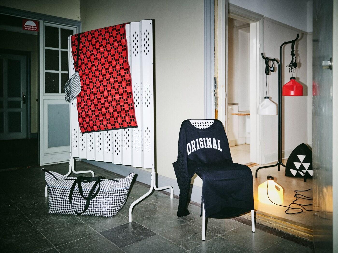 Producten van de SAMMANKOPPLA collectie; een kamerverdeler, stoelovertrek, verlichting met meerdere functies en een kledingrek.