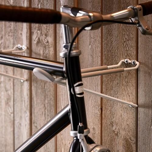 Убираете велосипед на зиму? Подвесьте его на стену с помощью специального крючка, а также обратите внимание на весь ассортимент крючков ИКЕА.
