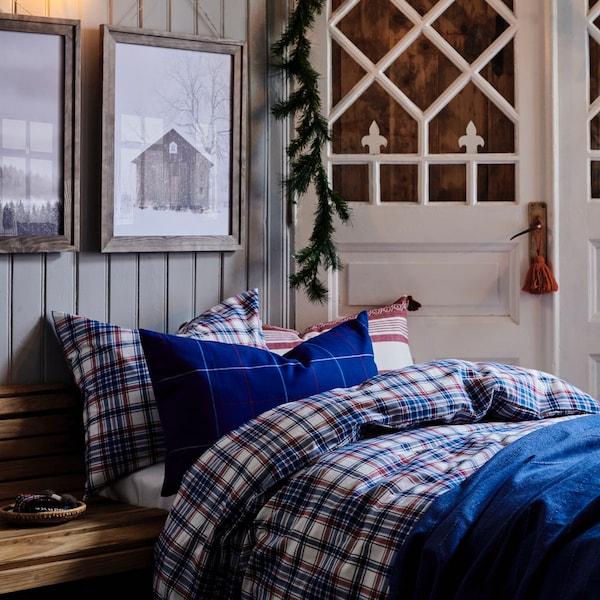 Quarto escuro estilo cabana com roupa de cama em flanela azul aos quadrados.