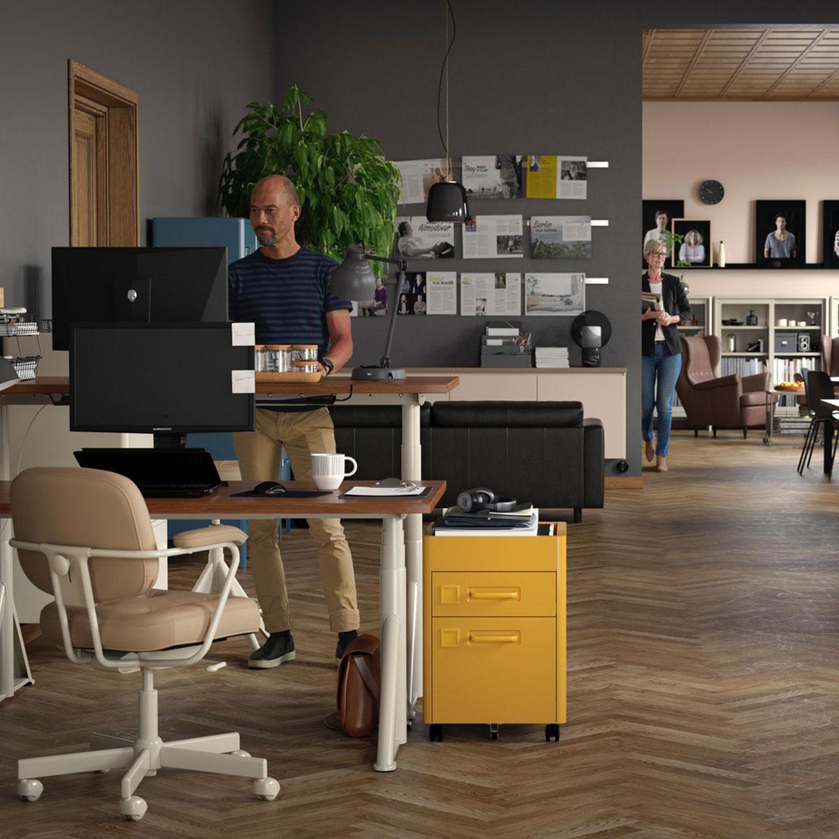 IKEA Business hilft Ihnen dabei, die Kultur Ihres Unternehmens mit freundlichem Zubehör wie Schreibtischorganisation, Einsätzen und Schreibutensilien, aber auch IDÅSEN Schubladenelementen auf Rollen goldbraun auszudrücken. Gleichzeitig bietet es ergonomische Schreibtisch- und Stuhllösungen.