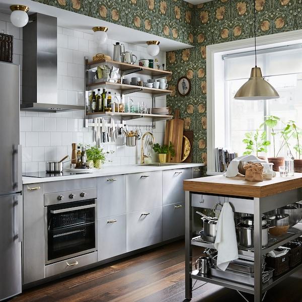 Ett IKEA kök med GREVSTA luckor i rostfritt.