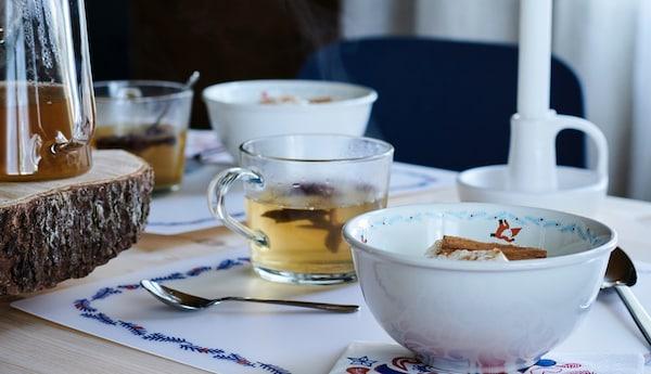 Et fint opdækket julebord med varm te og risengrød.