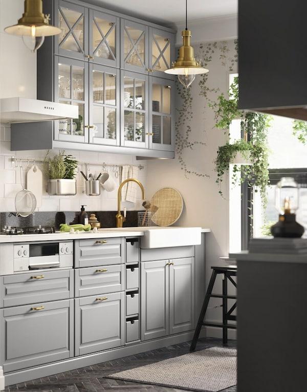 Мебель для кухни: кухня с фасадами серого цвета и стеклянными вставками в надвесных шкафах