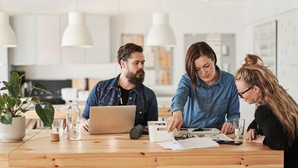 Mężczyzna i kobieta planujący dom z konsultantem IKEA