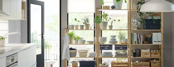 Ruimte met IVAR opbergsysteem tegen wand met ramen