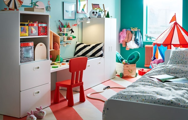 A colourful kids' bedroom organized with the STUVA/FRITIDS storage combination to allow for storage of kids' clothes and toys.