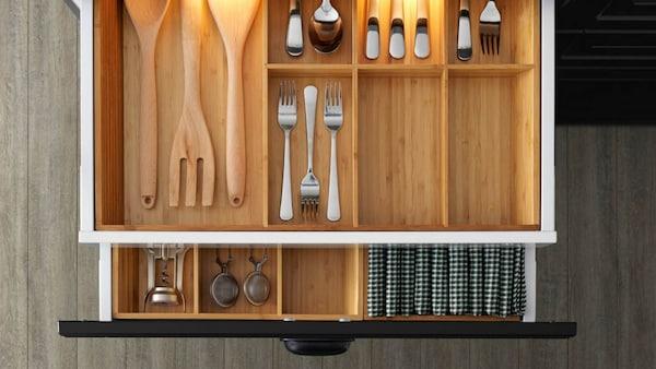 Schubladeneinrichtung für die Küche aus Bambus mit integrierter Beleuchtung