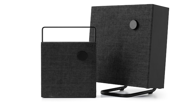 Schwarzer Bluetooth Lautsprecher ENEBY vor weißem Hintergrund.