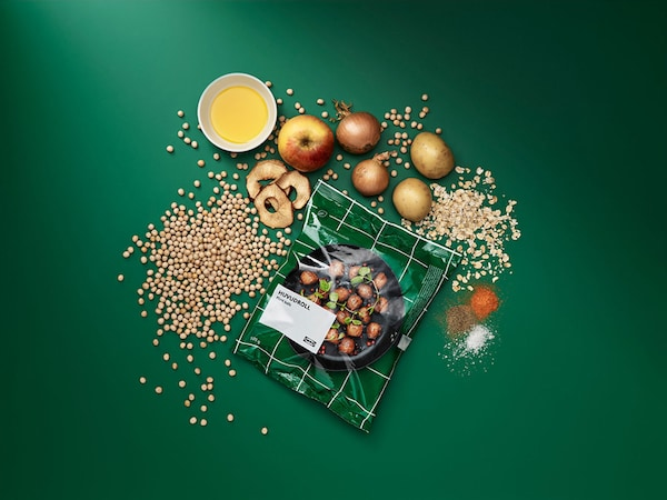 A bag of HUVUDROLL plant balls laid on a green table with it's ingredients.