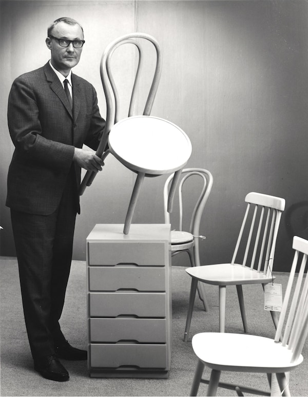 A black and white portrait of Ingvar Kamprad in 1943, holding a chair.