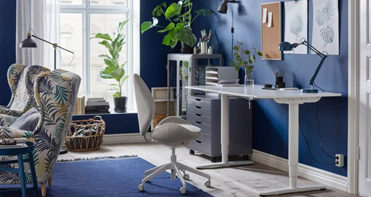 A blue and white home office with the ergonomic HATTEFJÄLL swivel chair in beige and BEKANT sit-stand desk.