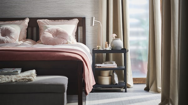 A bright and tidy bedroom styled for spring with BRITNA blackout curtains, and an IDANÄS bed with KRANSKRAGE duvet cover sets.