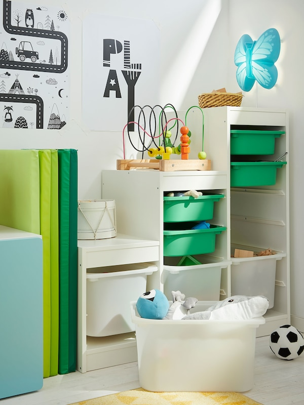 A child's nursery bedroom with a TROFAST toy storage unit.