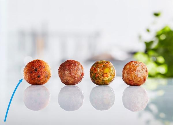 À côté des variantes au bœuf, au poulet et aux légumes, les nouvelles boulettes au saumon de chez IKEA sont aussi délicieuses que durables.
