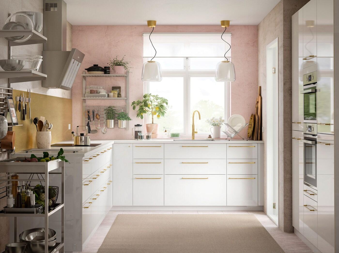 A gama de calhas e prateleiras KUNGSFORS da IKEA oferece uma solução de arrumação aberta para cozinhas com falta de armários.
