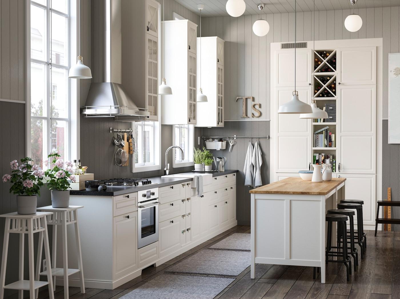 A gama de cozinha TORNVIKEN inclui prateleiras e armários de cozinha em branco, abertos e fechados, disponíveis em vários tamanhos para melhor se adaptarem às suas necessidades na cozinha.