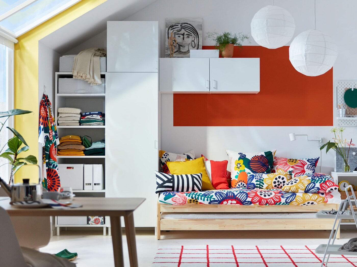 A IKEA tem propostas acessíveis para atualizar o seu quarto e sala com capas de almofadas, mantas, tapetes e têxteis coloridos com padrões gráficos.