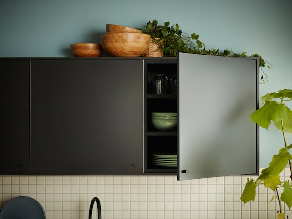 A kitchen with black IKEA KUNGSBACKA kitchen fronts made from recycled wood and recycled plastic PET bottles.