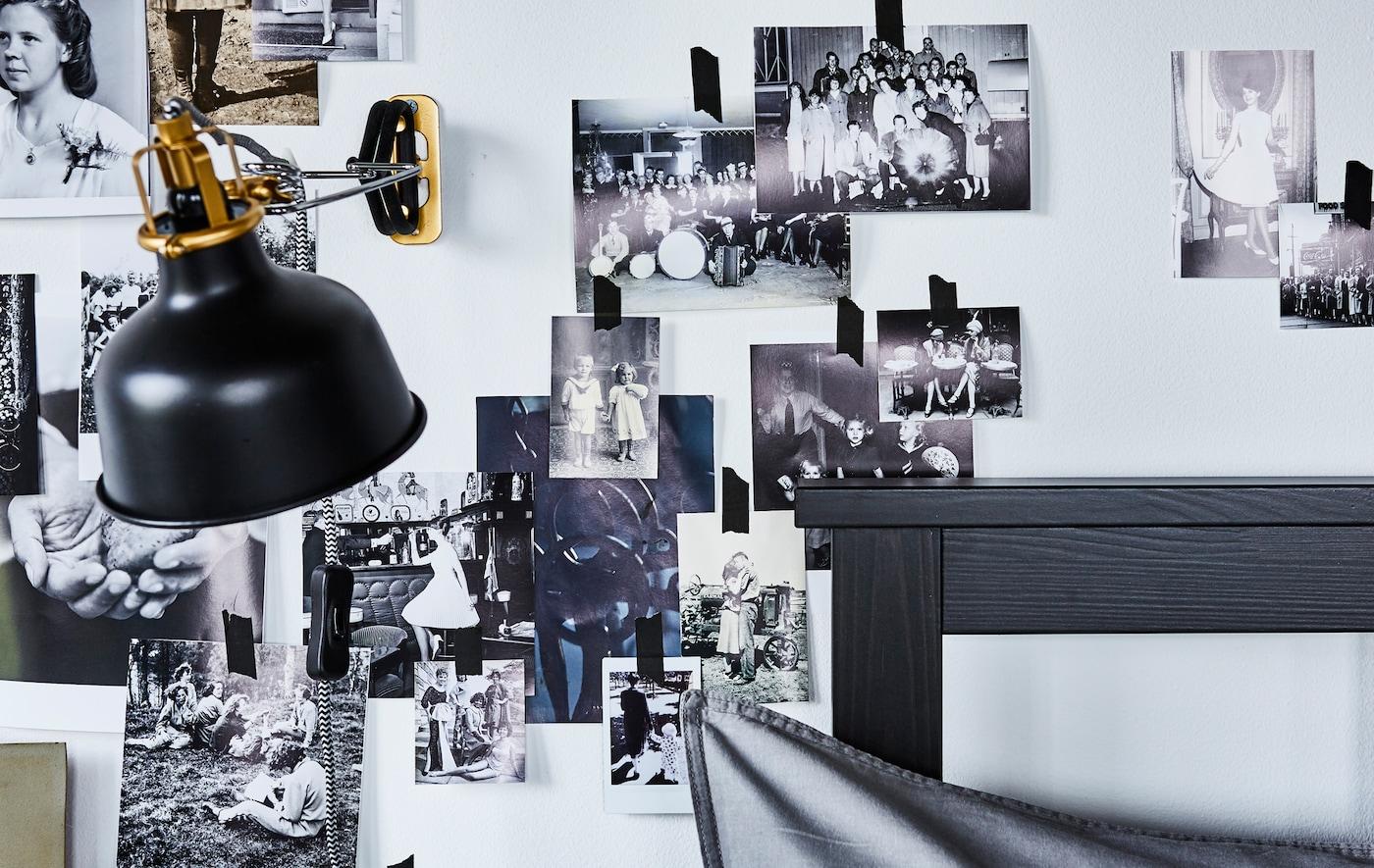 À la recherche d'idées pour une petite chambre à coucher? Embellis le pourtour du lit avec un collage photo au mur. Éclaire-le avec une lampe comme l'applique/spot à pince IKEA RANARP N en noir. Sa tête est orientable.