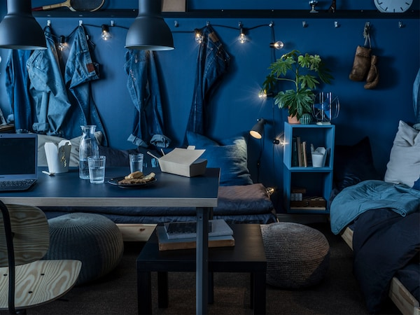 A LINNMON black blue table top with dark grey legs is a perfect match for a total blue room.