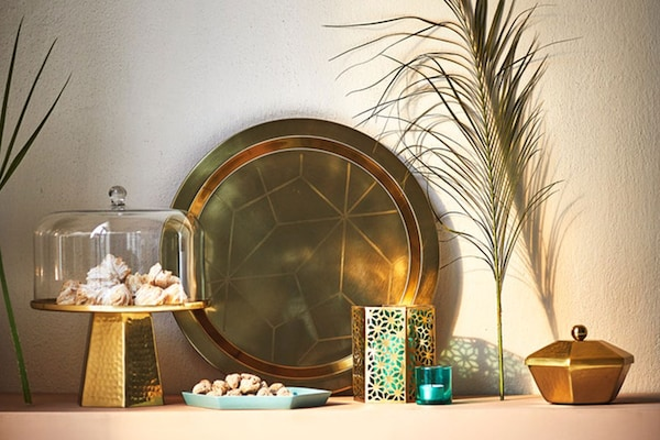 A low wall with cake stand, gold tray and various decorative LJUV accessories.