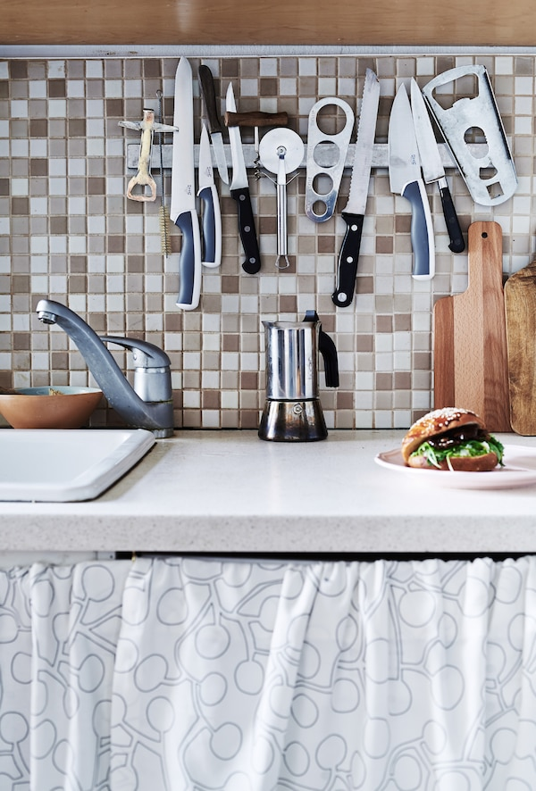 A magnet rail makes kitchen tools easy to access.