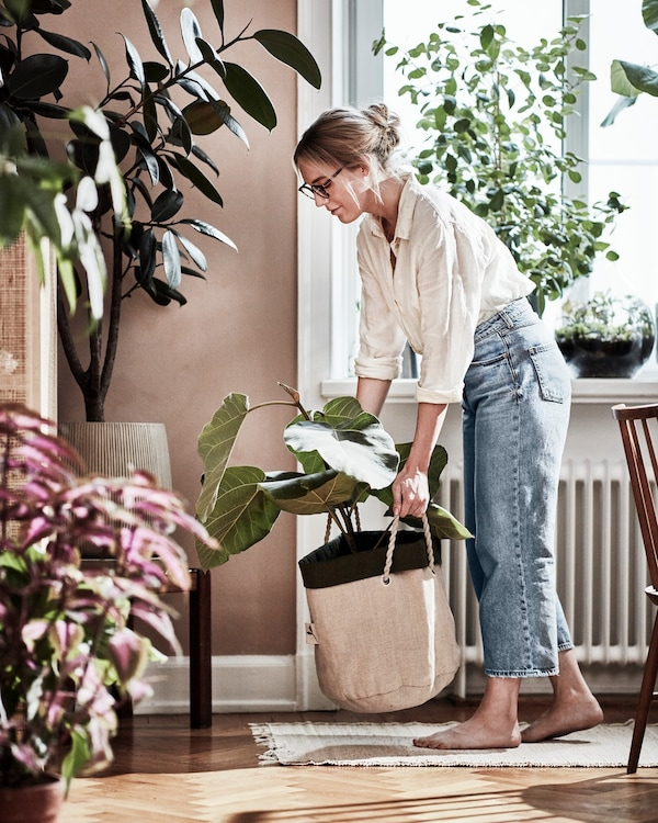A person with BOTANISK planting bag.