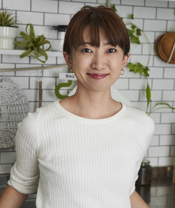 A portrait of Hiromi in her kitchen.